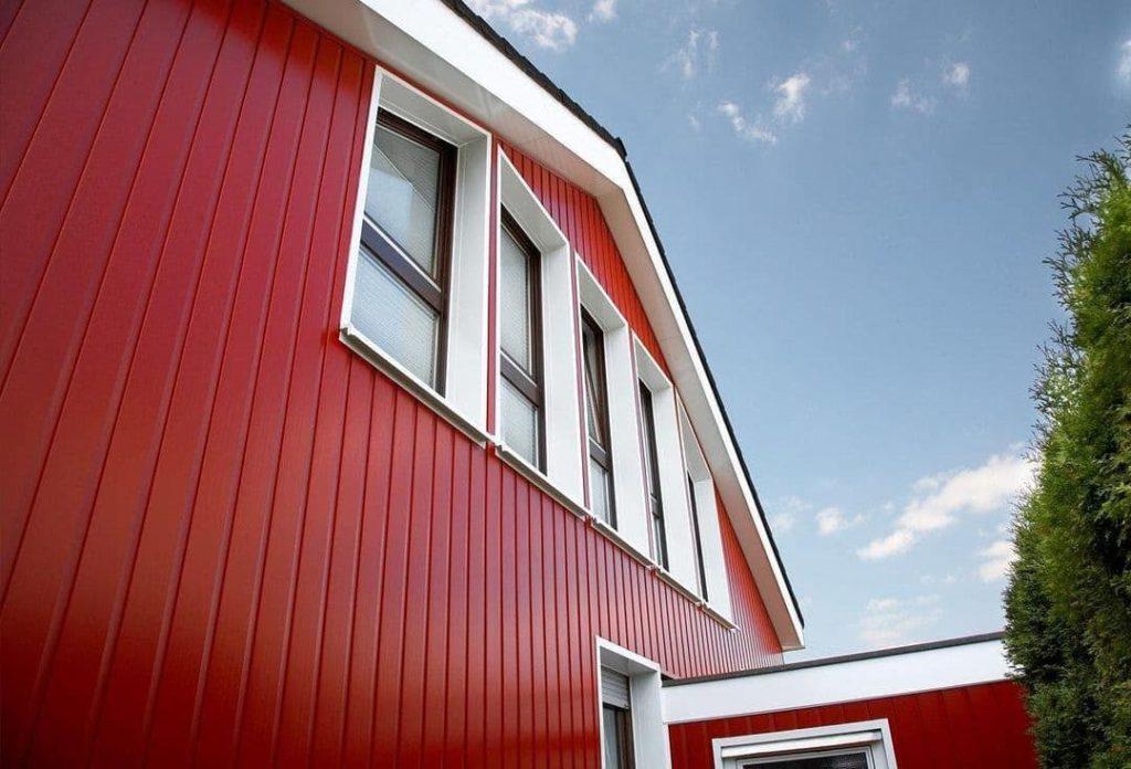 Как обшить деревянный дом профлистом?